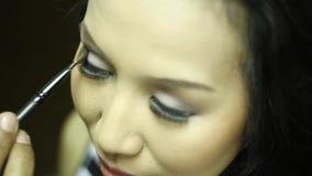 对眼影做的化妆师一个少妇 影视素材