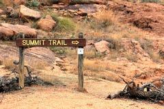 对着魔岩山顶足迹的标志  库存照片
