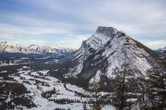 对睡觉水牛山和弓河谷,隧道山,班夫国家公园,加拿大的冬天视图 免版税库存照片