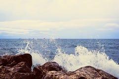 对石头的波浪罢工 大飞溅水,许多 免版税库存照片
