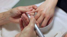 对硬件修指甲做的修指甲师特写镜头一年轻美女 股票录像