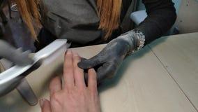 对硬件修指甲做的修指甲师特写镜头温泉沙龙的一少女 股票录像