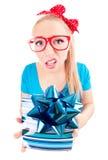 对礼品失望的滑稽的女孩 免版税库存图片