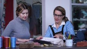 对礼服客户剪影的女性裁缝陈列  股票视频