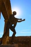 对神阿波罗雕象的阳光在庞贝城 图库摄影