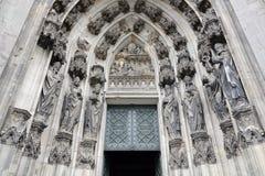 对科隆大教堂的入口 圣徒图在门面 库存照片