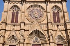 对称天主教教会外部的模式 库存图片