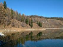 对称山在有一朵美丽的蓝天和蓬松云彩的湖反射了 库存照片