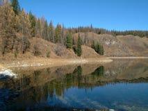 对称山在有一朵美丽的蓝天和蓬松云彩的湖反射了 库存图片