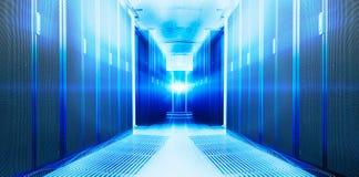 对称未来派现代服务器室在与明亮的光的数据中心 免版税库存图片