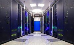 对称未来派现代服务器室在数据中心与 免版税库存图片