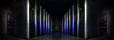 对称未来派现代服务器室在数据中心与 免版税库存照片