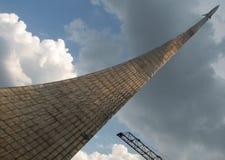 对空间的征服者的发光和精采纪念碑在莫斯科,俄罗斯 库存照片