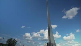 对空间的征服者的纪念碑在宇航员储蓄英尺长度录影胡同的  股票录像