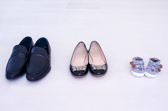 对穿上鞋子三 库存图片