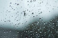 对窗口的被弄脏的雨珠 免版税库存图片