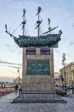 对第一线作战军舰的纪念碑在Voskresenskaya堤防的波尔塔瓦 库存图片