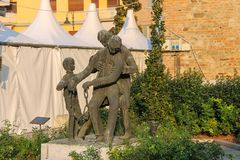 对第二次世界大战的英雄的古铜色纪念碑 斯皮兰贝尔托,意大利 免版税库存照片