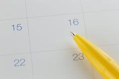 对第16的黄色笔尖在日历背景 免版税库存图片