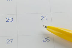 对第21的黄色笔尖在日历背景 库存照片