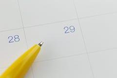 对第29的黄色笔尖在日历背景 免版税库存图片