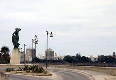 对等待卡迪士古老海口的岸的妇女的纪念碑一位水手  图库摄影