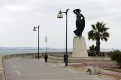 对等待卡迪士古老海口的岸的妇女的纪念碑一位水手  库存图片