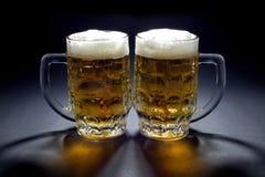 对等待某人的冰镇啤酒杯子喝他们 库存图片