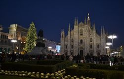 对米兰中央寺院正方形的美好的夜视图用圣诞树装饰了 免版税图库摄影