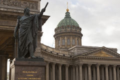 对米哈伊尔・库图佐夫的纪念碑喀山大教堂的在圣彼德堡 免版税图库摄影