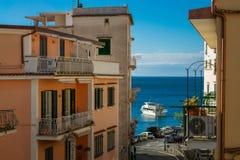 对米诺利和马奥莱海滩,阿马尔菲海岸,意大利的看法 免版税库存照片