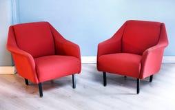 对红色减速火箭的胳膊椅子在客厅 库存图片