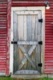 对红色谷仓的门道入口 免版税库存照片