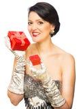 对红色负的可爱的妇女当前 免版税库存图片