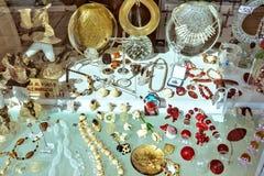 对纪念品的白天视图待售在展示窗口的地方商店 库存图片