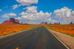 对纪念碑谷的高速公路 库存照片