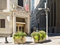 对纽约证券交易所的入口在曼哈顿 免版税库存图片