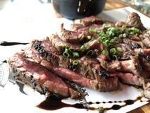 对结束曝光的特写镜头烤了水多的切的牛肉 库存照片