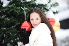 对结构树的圣诞节女孩下个身分 库存图片