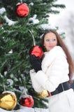 对结构树的圣诞节女孩下个身分 免版税库存照片