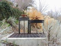 对绞盘反对天空的灌渠门与高草在记忆树丛在沿Wasatch的盐湖城犹他停放 免版税库存照片