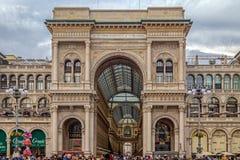 对维托里奥Emanuele II画廊的入口在圆顶正方形在 免版税库存照片