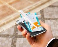 对网上搜索,买和预定飞行的智能手机申请在互联网上 网上报到 图库摄影
