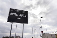 对网上零售商公司亚马逊履行后勤学大厦的路标2017年3月12日在Dobroviz,捷克共和国 免版税库存图片