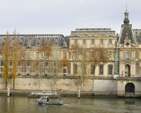 对罗浮宫的看法 免版税库存照片