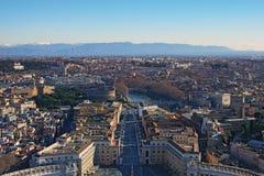 对罗马惊人的都市风景的看法从圆顶圣伯多禄` s大教堂的顶端 冬天早晨 罗马 意大利 库存照片