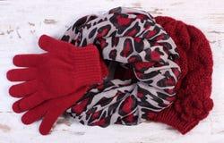 对羊毛手套、盖帽和披肩妇女的老委员会的 免版税图库摄影