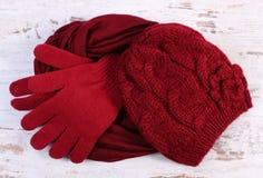 对羊毛手套、盖帽和披肩妇女的老木背景的 免版税库存图片
