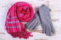 对羊毛手套和披肩妇女的老木背景的 库存图片