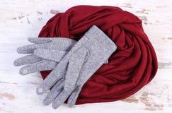 对羊毛手套和披肩妇女的老木背景的 免版税库存图片